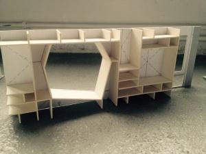 """Modell Schrankeinbauten Auf dem Bild sehen Sie einen der Schrankeinbauten für die Gruppenräume. Gut zu erkennen ist hier das """"Guckloch"""", durch welches die Kinder auf den Flur schauen können."""